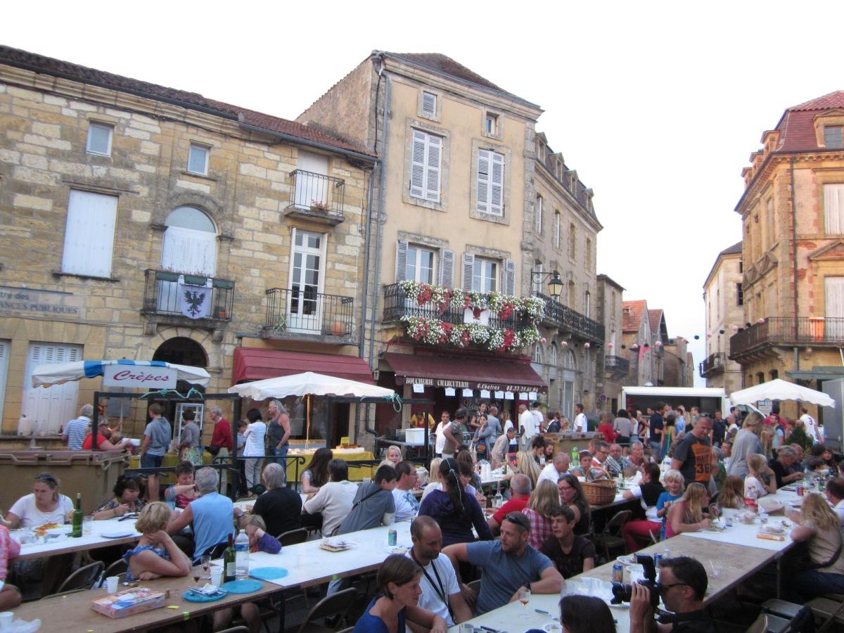 Tafelen op de nachtmarkt in Belvès